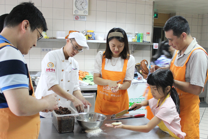 军事医学科学院师生到安琪(北京)总部参加健康美味DIY活动