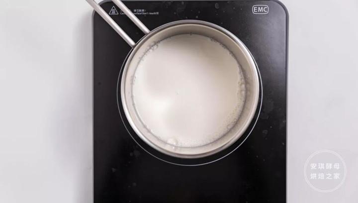 将牛奶加入白砂糖