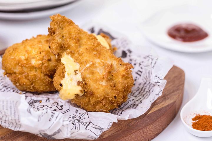 介绍一道超有自信的小吃——芝 士 爆 浆 鸡 排!