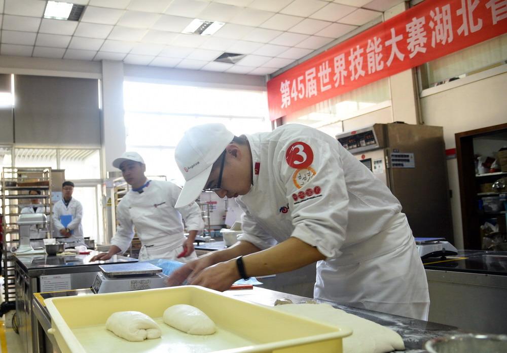 第45届世界技能大赛湖北选拔赛烘焙项目在安琪举行
