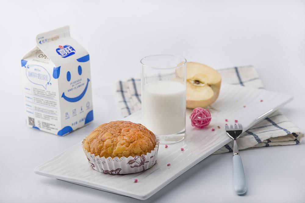 每天喝牛奶会变白吗?