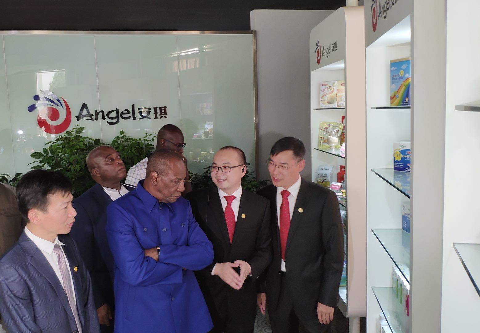 几内亚总统孔戴:让安琪产品惠及更多几内亚人民