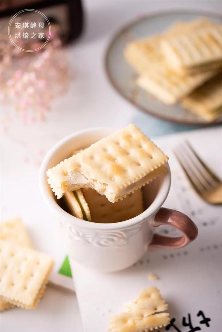 苏打饼干夹住牛轧糖