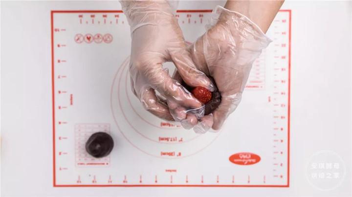 草莓放入豆沙馅中